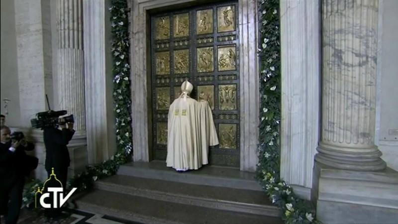 Paavi Franciscus avaa Pietarinkirkon pyhän oven. Kuvakaappaus Vatikaanin television lähetyksestä.